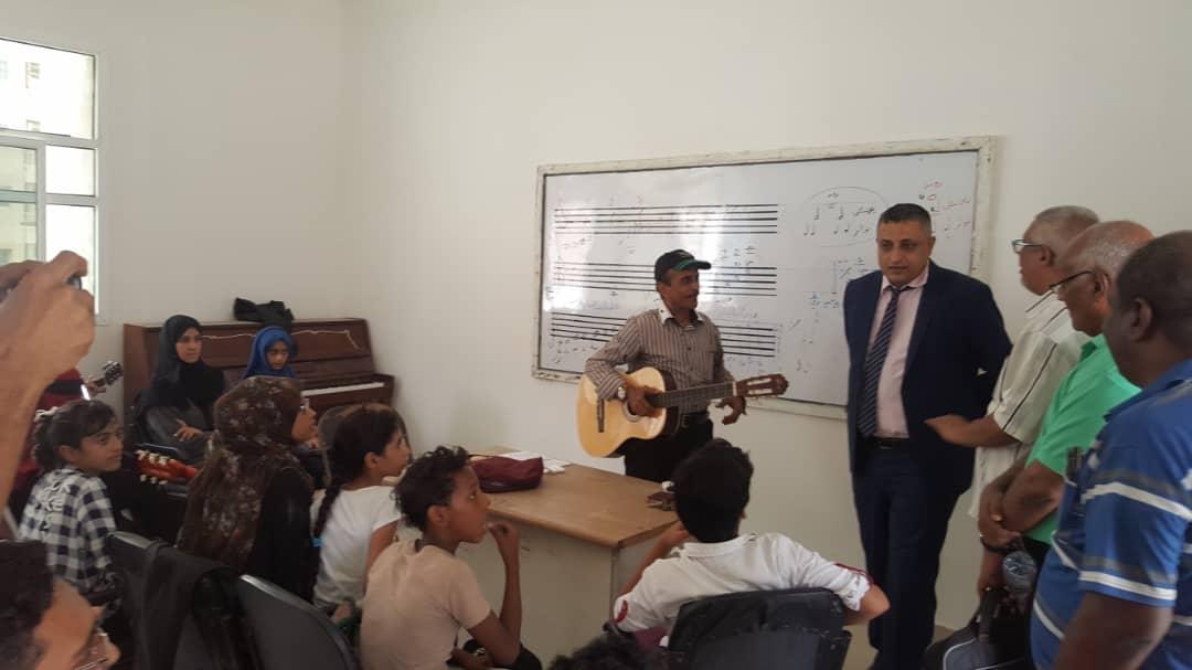 وزير الثقافة يطلع على سير العمل في معهد جميل غانم للفنون عدن